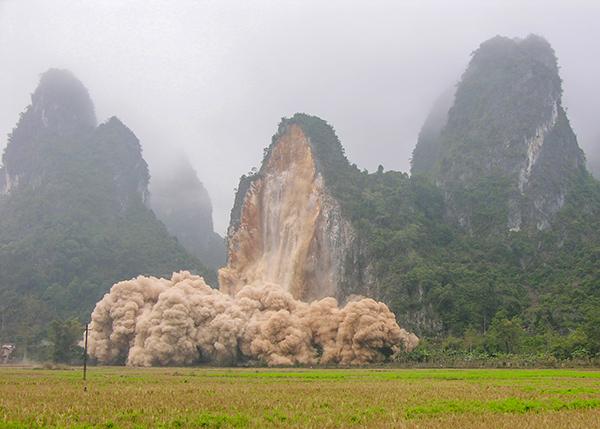 大新县硕龙镇门屯巨型危岩爆破瞬间