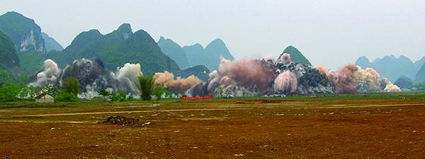 广西华银铝业公司氧化铝一期工程场平硐室爆破瞬间
